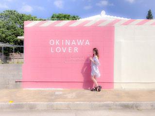 建物の前に立っている女の子の写真・画像素材[1214875]