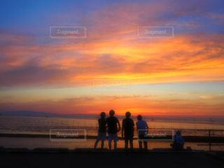 ビーチでの背景の夕日に人々 のカップルの写真・画像素材[1284215]