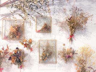 テーブルの上の花の花瓶の写真・画像素材[1668451]