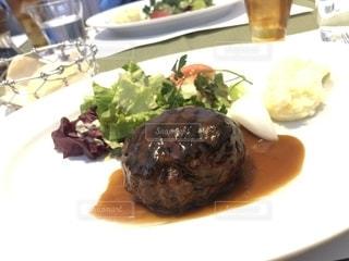 肉と野菜をトッピング白プレートの写真・画像素材[1703065]
