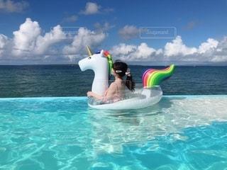 水の体の中を泳いでいる間、空を飛ぶ人の写真・画像素材[2373218]