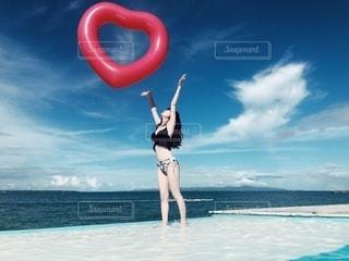 浜辺に立っている人の写真・画像素材[2373220]