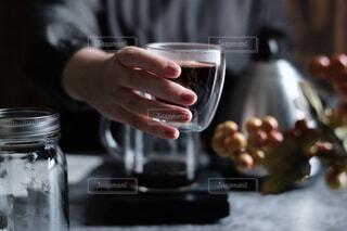 コーヒーを持っている人のクローズアップの写真・画像素材[3764628]