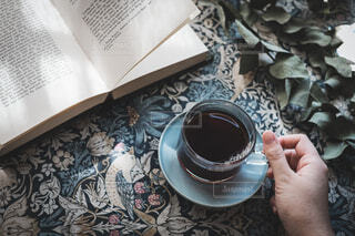 コーヒーを一杯持っている人の写真・画像素材[3808776]