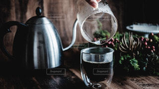 テーブルの上のコーヒーとコップの写真・画像素材[3936896]