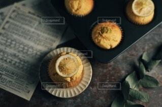 テーブルの上に焼き菓子の写真・画像素材[3936900]