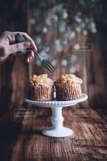 木製テーブルの上のお菓子の写真・画像素材[3942340]