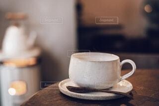 テーブルの上のコーヒーカップの写真・画像素材[3942341]