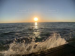 波飛沫と夕暮れの写真・画像素材[3907484]