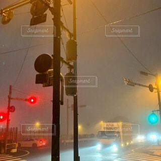 早朝の交差点の写真・画像素材[3941218]
