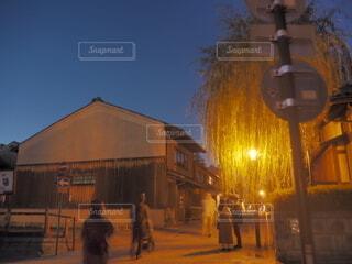 建物の前に立つ人々のグループの写真・画像素材[3824319]