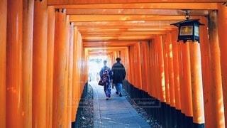 伏見稲荷大社の前に立っている人の写真・画像素材[3830104]