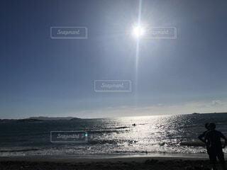 浜辺に立っている男の写真・画像素材[3774368]