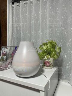 白を基調とした部屋に白の加湿器の写真・画像素材[3967263]