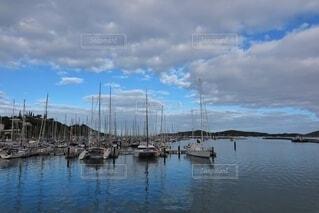 ボートは水の体の隣にドッキングされているの写真・画像素材[3785085]
