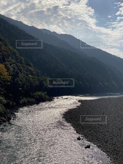 山の横を流れる川の写真・画像素材[3870380]