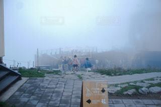 霧のなかに飛び込むの写真・画像素材[3789478]
