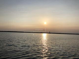 水面に照らされる夕暮れの写真・画像素材[3793471]