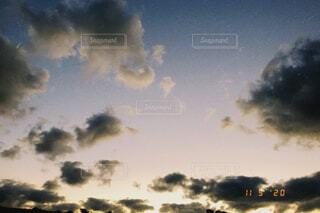 夕日に照らされる雲の群れの写真・画像素材[3855158]