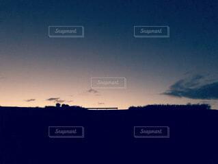 丘の上のガードレールと夕暮れの空の写真・画像素材[3895139]