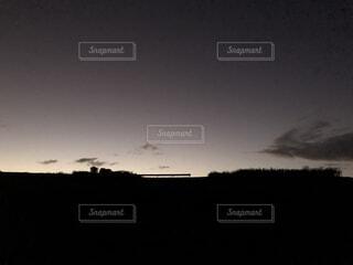 丘の上のガードレールと夕暮れの空の写真・画像素材[3895140]