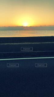 海に沈む夕日と雲の写真・画像素材[4010080]
