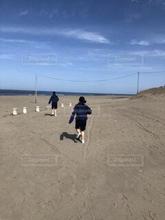 砂浜の上に乗っている男の写真・画像素材[3822402]