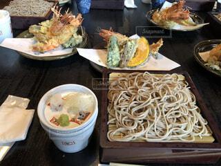 食べ物の皿をテーブルの上に置くの写真・画像素材[3838017]