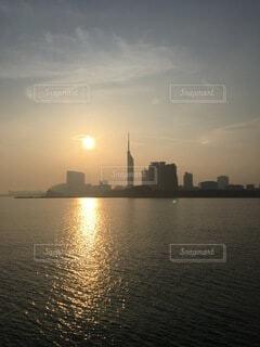 朝日と福岡タワーの写真・画像素材[3810271]