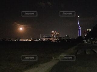 福岡タワー×満月の写真・画像素材[3810283]