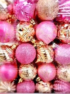 ピンクとゴールドのオーナメントボールのアップの写真・画像素材[3935164]