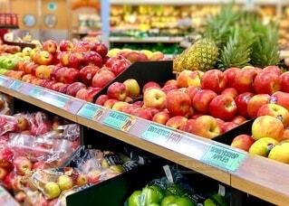 たくさんの新鮮なりんごの販売の写真・画像素材[4010383]