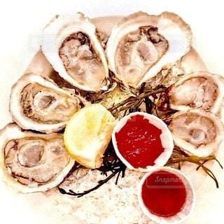 氷の上に盛り付けられた生牡蠣の写真・画像素材[4051539]