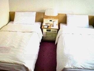 ツインルームに並ぶシングルベッド2台の写真・画像素材[4128771]