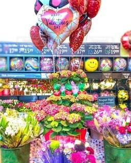 店内のバレンタインデー用花束のディスプレイの写真・画像素材[4148728]