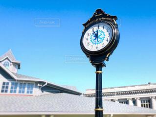 青空を背景にした街中の時計の写真・画像素材[4268879]