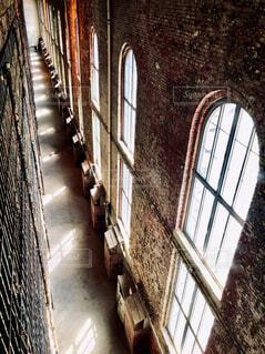 古いレンガ塀にある長いアーチ窓の写真・画像素材[4285483]