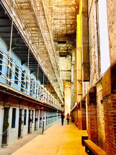 レンガ造りの建物の廊下を歩く2人の写真・画像素材[4285619]