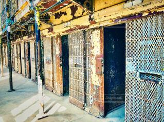 錆びた鉄格子の刑務所ドア入り口の写真・画像素材[4287546]