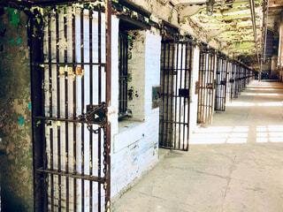古い建物内の鉄格子のドアが並ぶ廊下の写真・画像素材[4287574]