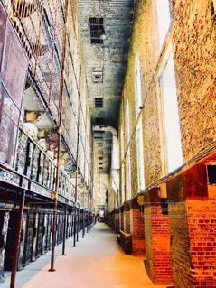 古い建物の廊下に続く鉄格子の部屋の写真・画像素材[4292379]