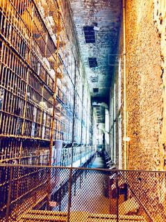 荒れた建物の中の鉄格子が続く廊下の写真・画像素材[4292382]