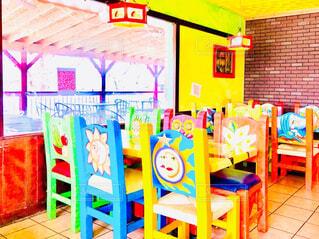 色鮮やかな木彫りの椅子とテーブルの写真・画像素材[4326444]