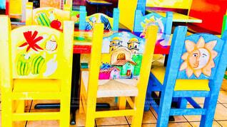 カラフルなメキシコの絵のテーブルと椅子の写真・画像素材[4326446]