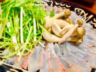 皿に盛り付けられた鯛、水菜、しめじの写真・画像素材[4449074]