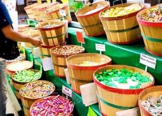 量り売りのキャンディーを詰めている人の写真・画像素材[4819294]