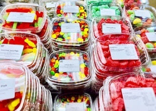 テーブルの上の色鮮やかなキャンディーの写真・画像素材[4819347]