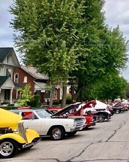 住宅地道路に並べて展示されている車の写真・画像素材[4910322]