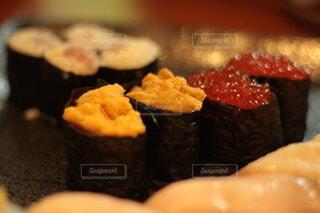 うにとイクラの寿司の写真・画像素材[3807000]
