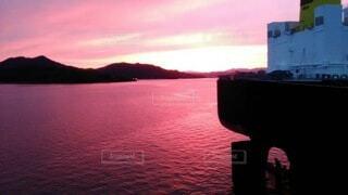 水の体に沈む夕日の写真・画像素材[3815382]